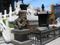 Храм буддистский, богато украшен деревянной и каменной резьбой и каменными статуями