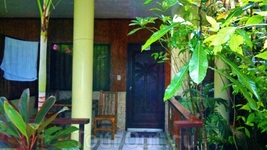 А вот и двери в номер с огромной террасой среди зелени