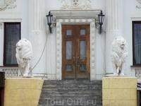 Каменные львы во дворе НЭТ