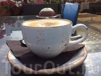 Ну вот погуляли, теперь можно и кофе выпть) На Ратушной площади тоже есть восхитительное кафе с открытой террасой.