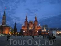 Исторический музей в ночной подсветке.
