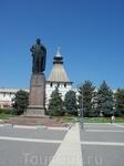 Памятник Ленину.Площадь расположена вдоль южной стены Астраханского Кремля.