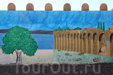 Где-то в пути мы делали техническую остановку возле сувенирного центра, его территория огорожена расписным забором с изображением городов и курортов Туниса ...