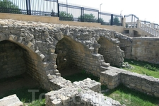 Старинные стены огорожены, но к ним можно спуститься по узкой лесенке, побродить по раскопкам, посидеть у пруда.