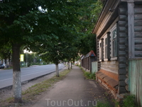 Центральная улица города в шесть часов вечера
