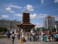 центральная площадь Элисты имени В.И.Ленина и  пагода  семи Дней