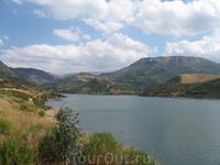 Водохранилище Потамои. Дороги, уходящие в воду