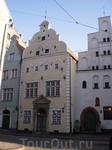 Три брата. Дома, образующие архитектурный комплекс, расположены на живописной улице Старого города, напротив здания бывшего Карлова лицея. Жилая застройка ...