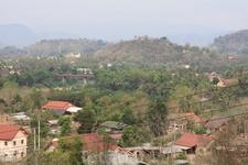 Вид с холма на город. Вдалеке видна позолоченная ступа вата Чомси на холме Пуси.