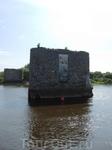 Вот такие памятники расположены прямо в реке