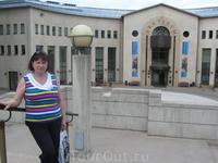возле музея........