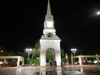 Ратуша с часами в центре города - с нее открывается красивый вид на Кемер