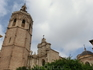 Главным фасадом собор выходит на другую площадь, Площадь Принцессы (La Plaza de la Reina), выполняющую роль главной, центральной площади города, в котором ...