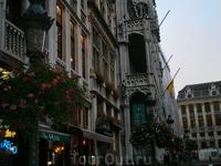 фонари и цветы  еще больше украшают город