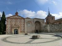 И вот эта капелла, Capilla del Oidor, сейчас в ней хранится крестильная купель, в которой крестили Мигеля де Севантеса. Также в здании проводятся выставки ...