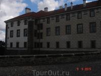 В замке также собран большой архив музыкальных документов. Есть здесь рукописи Бетховена, которому покровительствовал князь Лобковиц. В поселке Нелагозевес, в местном трактире, родился известный чешск