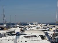 яхт клуб..посредине моря..интересно что там есть яхты..от самых ущербных..до самых огромных 5 этажных