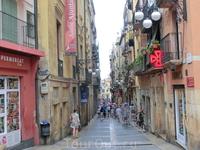Удивительно, но в Таррагоне, как и в Аликанте, Calle Mayor имеет больше историческое значение, чем действительно играет роль главной улицы. Здесь размещаются ...