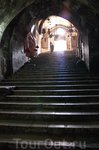 От входа вниз ведет широкая каменная лестница из 48 ступеней