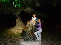 """В этот же день вечером мы устроили себе прогулку по набережной вечернего Геленджика. Фото с ученым котом у зеленого дуба с """"золотой"""" корабельной цепью ..."""