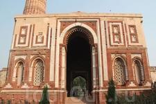 Мечеть Кувват-уль-ислам.