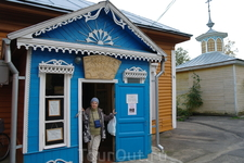 Есть в городе и музей Русских валенок. В музее собраны самые разные валенки в полосочку , в цветочек , с вышивкой , с бисером .
