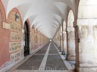 Здание соединяется с дворцом вот этим длинным коридором с портиками.