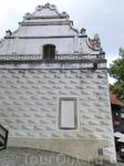 Это красивое здание с росписью в технике сграфито - сыроварня, построенная на фундаменте старинной сторожевой башни. Когда замок разросся и сторожевая ...
