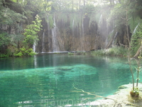 В озера с лазурной водой впадают многочисленные ручьи и маленькие речки. Цвет воды ещё насыщенней, чем на фото.