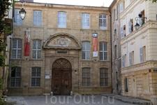 Старая резиденция епископа, сейчас здесь Музей шпалер