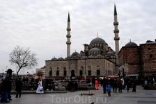 Новая мечеть- одна из больших мечетей Стамбула.Мечеть имеет два минарета.