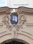 """Дом """"У трех перьев"""" на улице Тынской в первой трети 18 века получил величественный знак с короной дворянского достоинства. Он тогда принадлежал к имуществу ..."""