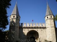 «Ворота приветствия» – «Bab-us Selam» перед вторым двором Топкапи. «Ворота приветствия» являются де-факто главными воротами дворцового комплекса, т.к. за ними, собственно, и начинаются внутренние двор