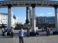 Слева наша гостиница в Харбине. Напротив - торговый центр. Арка и фонтан возле реки Сунгари, откуда начинается длинная пешеходная улица Харбина. У колонны ...