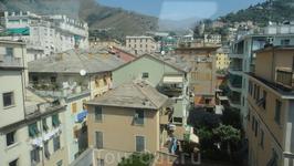 Серые дома, зеленые ставни на окнах...