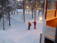 На лыжню.
