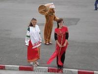 Чебурашка и девушки в национальных костюмах нас провожают и желают доброго пути...