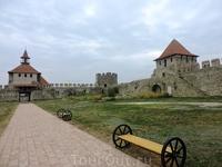 Во дворе крепости установили удобные скамеечки, но, как я уже писала, посетителей здесь почти не бывает