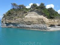 Необычные скалы из мягкого песчаника подорвали создавать многочисленные заливы и песчаные бухты.