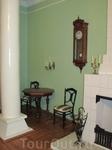 Гостиная.Шахматный столик с креслами. Над столиком канделябры со свечами. Справа виден камин. Часы, принадлежавшие еще матери Варвары Аркадьевны.
