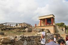 После сильнейшего землетрясения и огромного цунами между 1628 и 1500 г. до н. э., вследствие извержения вулкана на острове Санторин дворец был разрушен ...