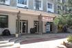 """Здание почты. На крыльце выставлены главные символы Сейшел- кокос """"коко-де-мер"""", черепаха и креолы"""
