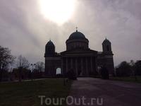 Это Базилика Святого Адальберта - главная католическая  церковь страны. Кроме того, это ещё и самый высокий храм Венгрии. Высота Базилики 100 м. Здание было построено в 1010 г королём Иштваном Святым