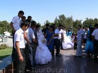 Перед уборкой хлопка.молодежь старается сыграть свадьбу