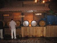 """на """"Критском вечере"""" вино льется рекой"""