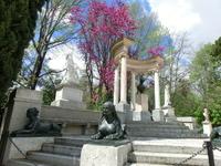 День был солнечный и было просто приятно посидеть на скамейке, подставив лицо солнцу, любоваться небом и парком.