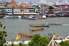 Лодки на реке Чао Пайя. Вид с Ват аруна