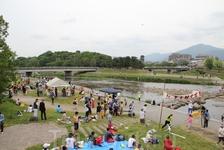 выходные горожан на реке Камогава. Киото