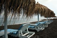 Черный пляж Санторини - Перисса. Преимущество в этот день было его - немноголюдность, тк был целый день дождь, немногие поехали на этот пляж, а зря...