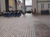 Торжественный ритуал смены караула с музыкой и флагами означает, что Королева находится в Копенгагене.